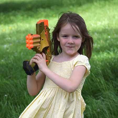meisje speelt een laser game